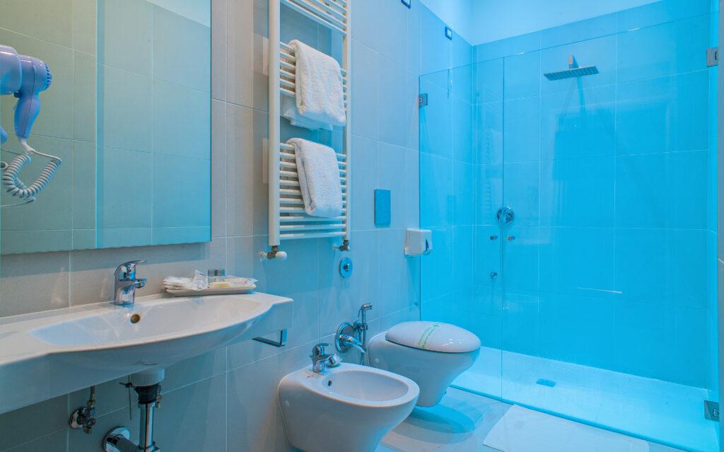 bagno con doccia cromoterapia